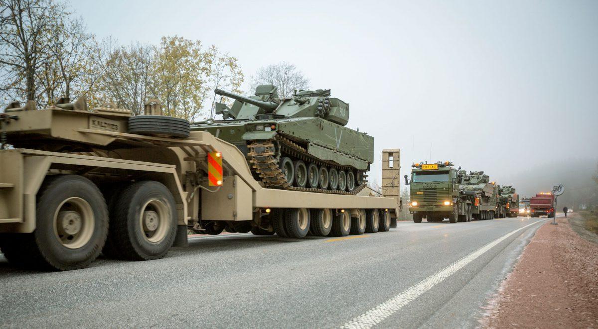 Hæren er for tung og vil ikke klare å forflytte seg raskt og etablere seg i Finnmark i en kritisk situasjon, mener kritikerne. Telemark bataljon på vei til Porsanger. (Foto: Anette Ask/FMS)