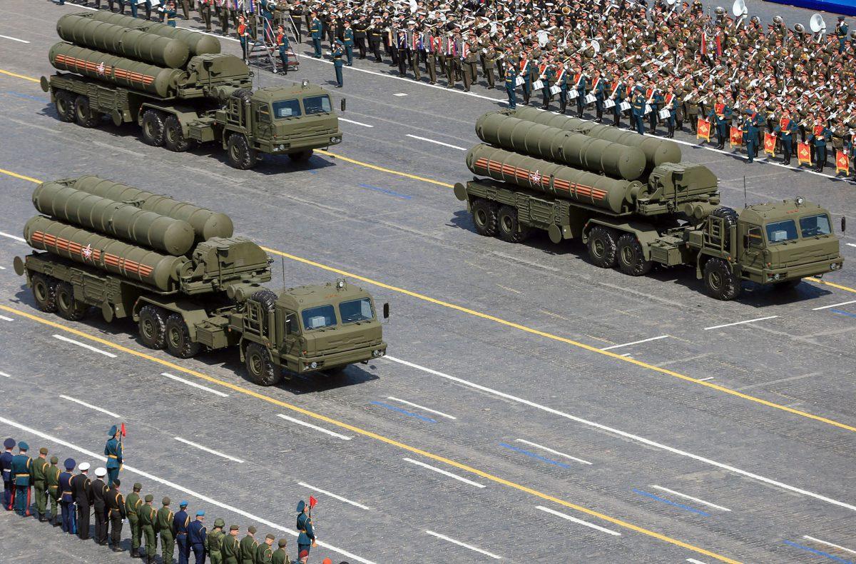 Det skal brukes 5 prosent mindre på utstyr i 2017, men Kremls prioritering ligger fast: Den omfattende opprustningen og moderniseringen av de russiske militære styrker, skal fortsette frem mot 2020. Bildet viser S-400 missil system på den Røde plass i Moskva. (Foto:Scanpix)