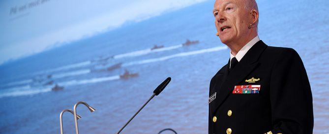 Forsvarssjef Haakon Bruun-Hanssen må ha betydelig mer å rutte med allerede fra neste år, mener Norges Forsvarsforening